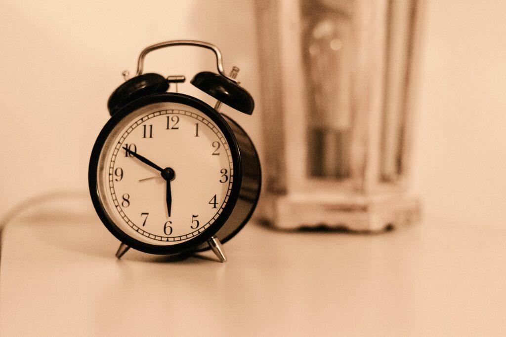 Das Weckerklingeln kann uns ganz schön kalt erwischen, wenn wir in der falschen Schlafphase sind.
