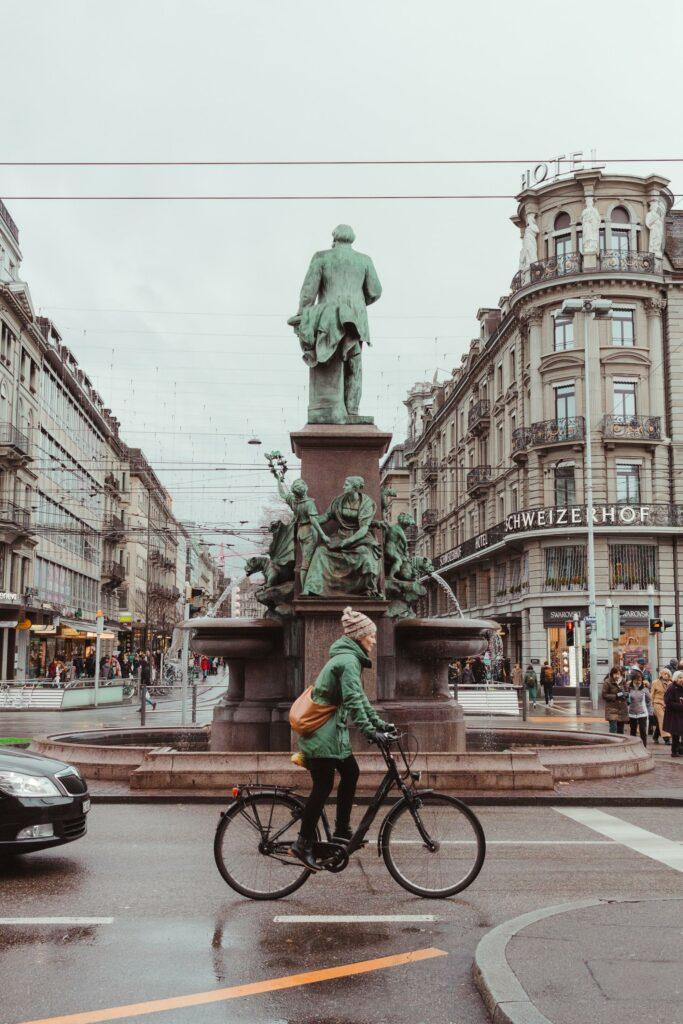 Mit dem Rad zur Arbeit zu fahren ist eine tolle Angewohnheit für mehr Bewegung im Alltag.
