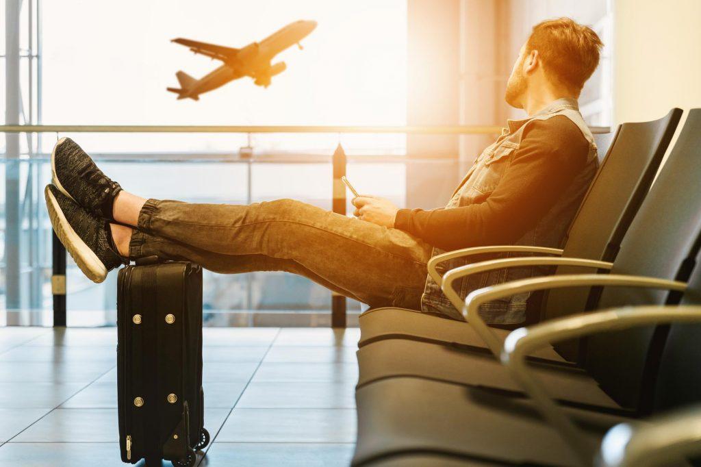 Warten am Flughafen: Die langen Wartezeiten sind am FLughafen schlechter nutzbar als die Fahrtzeit im Zug