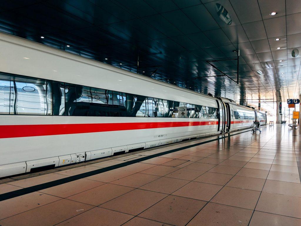 ICE Zug im Bahnhof. Die Bahn ist wesentlich umweltfreundlicher als das Flugzeug
