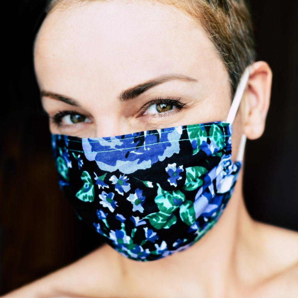 Wegen der anhaltenden Coronakrise sind jetzt Gesichtsmasken in vielen Beriechen und Situationen vorgeschrieben. Helfen sie wirklich, das Infektionsrisiko einzuschränken und uns vor COVID-19 zu schützen?  from COVID-19? Und wie benutzt und reinigt man sie?