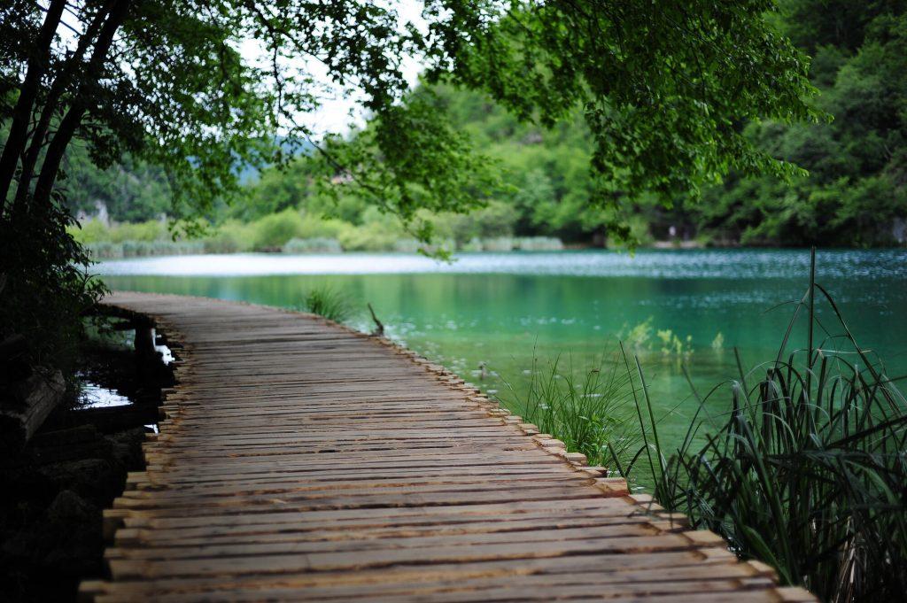 Eine schöne Szenerie in Kroatien. Vor ein paar Jahren musste ich beruflich nach Kroatien und konnte ein paar Tage dort touristisch verbringen. Die Schönheit dieses Landes hat mich umgehauen und ich möchte auf jeden Fall irgendwann dorthin zurück! Kroatien könnte ein gutes Ziel für den Sommerurlaub in Zeiten von Corona sein.