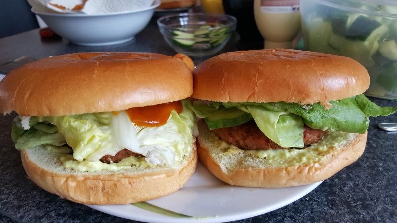 Veganer Burger - ein Erfahrungsbericht.  Es gibt viele Gründe für eine vegane Aternative zu Burgern, insbesondere zum Klimaschutz und dem Tierwohl zuliebe. Aber schmecken vegane Burger wirklich?
