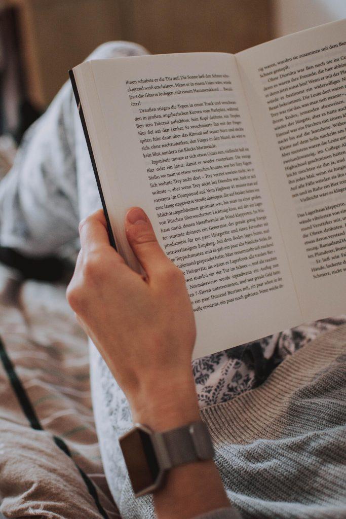 Wie kann man den Urlaub zuhause besonders machen?  Lesen genieße ich besonders im Urlaub, da mir im Alltag häufig die Ruhe dafür fehlt. Daher habe ich meist im Urlaub eine ganze Liste an Büchern, auf die ich mich freue. So kann man sich auch den Urlaub zu Hause schön gestalten!
